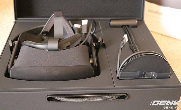 Bên phải là chân đế giữ camera hồng ngoại, dùng để đọc chuyển động đầu của người dùng.
