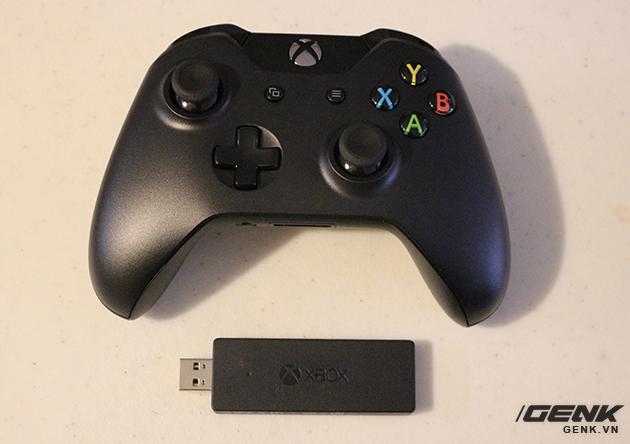 Tay cầm Xbox One và 1 đầu phát sóng cho tay cầm không dây.