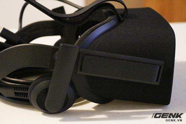 Phần tai nghe tích hợp được gắn sẵn trên dây đeo, tuy nhiên chúng ta có thể tháo nó ra bất cứ lúc nào để thay thế bằng những chiếc tai nghe bình thường.