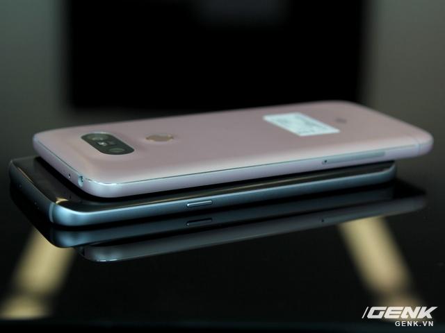 Kích thước của LG G5 tuy lớn hơn, nhưng máy mỏng hơn Galaxy S7, khoảng 0,2 mm. Mắt thường khó mà nhận ra được điểm khác biệt này.