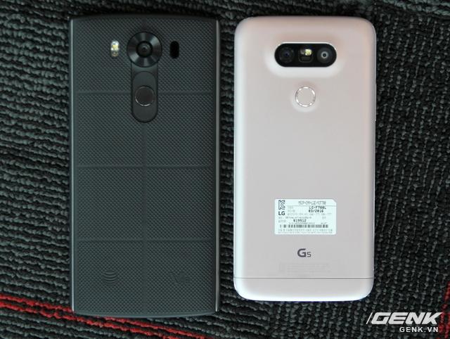 Điểm thú vị là phong cách thiết kế của G5 lại giống với V10, hơn là LG G4 tiền nhiệm. Cụm cảm biến vân tay của 2 máy đều được đặt ở mặt lưng, thân máy phẳng.