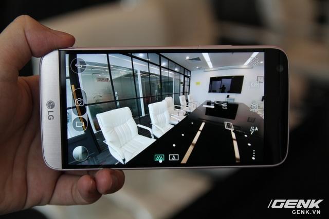 LG G5 cũng có camera chụp hình góc rộng, nhưng được đặt ở phía sau.