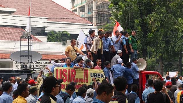 Lái xe taxi, xe ba bánh biểu tình phản đối Uber tại Jakarta, Indonesia