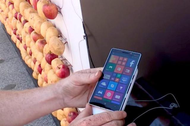 Microsoft dùng khoai tây và táo để sạc Lumia.