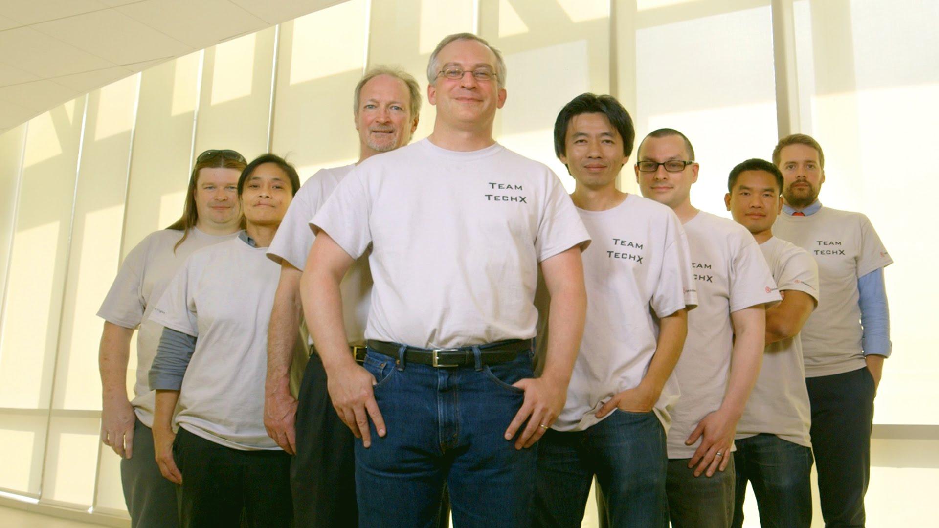 Anh Nguyễn Đức Sơn đứng thứ 2 từ bên phải sang, anh Nguyễn Tường Anh đứng thứ 4 từ bên phải sang.