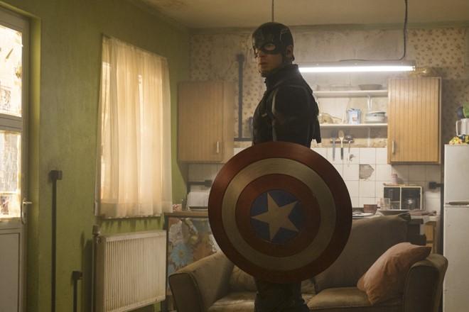 Vứt bỏ chiếc khiên biểu tượng ở đoạn kết của Civil War, Steve Rogers giờ không còn là Captain America nữa.