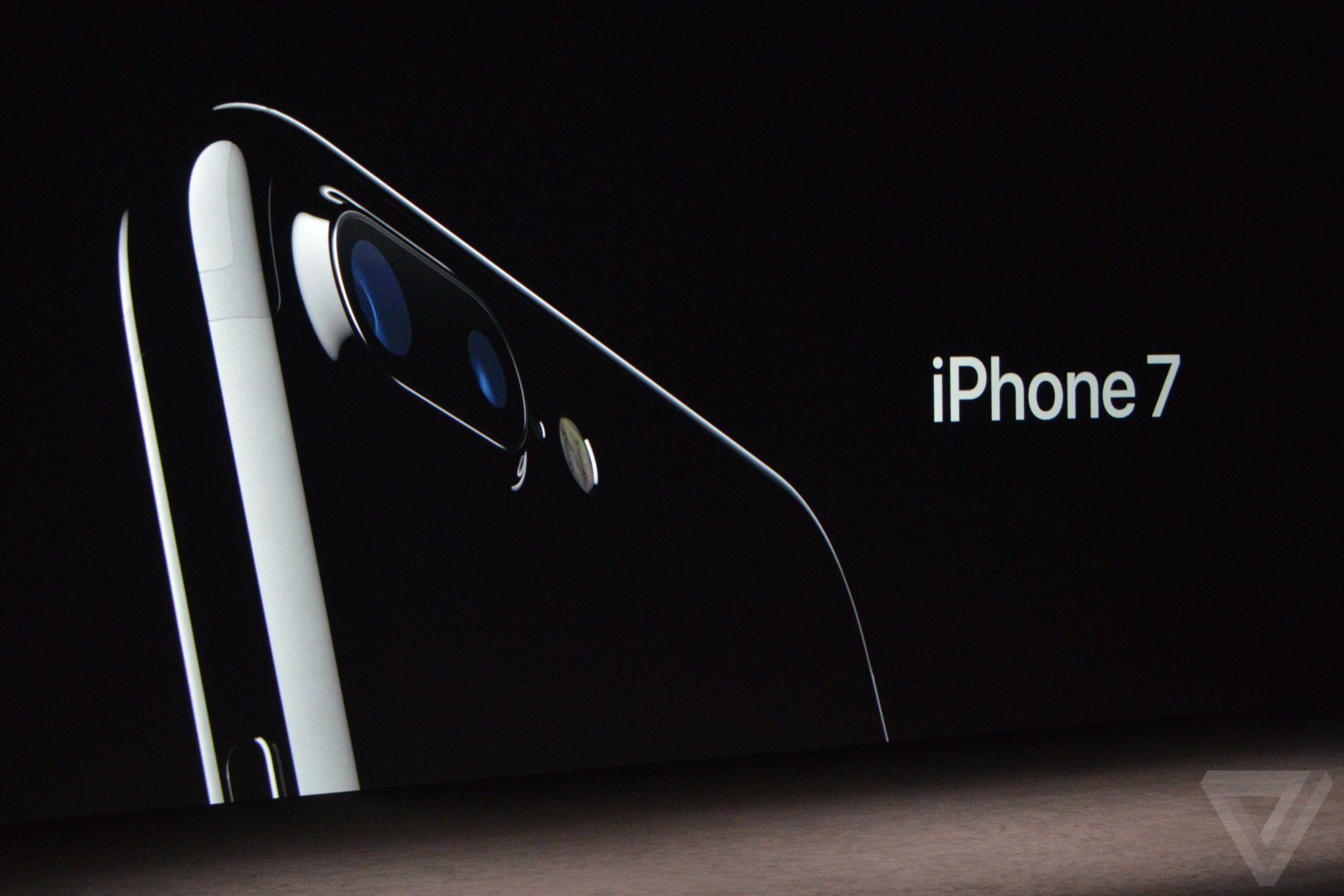 Panel mở màn iPhone 7. Trong hình là cụm camera kép của iPhone 7 Plus