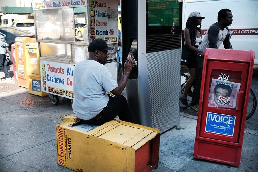 Một người vô gia cư đang sử dụng trạm Wi-Fi miễn phí ở New York (ảnh: Getty)