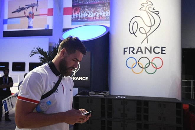 Vận động viên bóng ném đội tuyển Pháp - Luka Karabatic - kiểm tra điện thoại trong cuộc họp báo tại Rio de Janeiro trước ngày diễn ra Olympic. Ảnh: Getty Images.