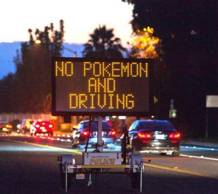 Các biển cấm chơi Pokemon khi đang lái xe đã được dựng lên ở nhiều khu vực.