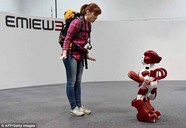 Robot EMIEW3 đang giao tiếp hành khách trong buổi thử nghiệm. Ảnh: Dailymail