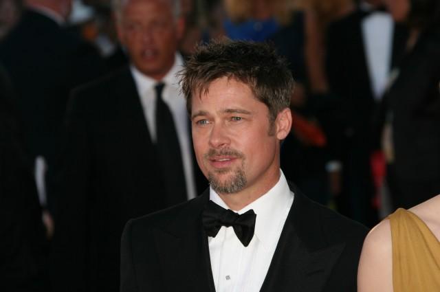 Kiểu tóc bò liếm đặc trưng của Brad Pitt với phần tóc mái mọc theo hướng khác nhau