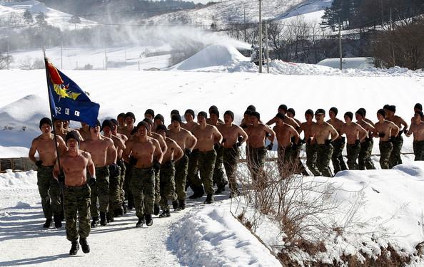 Binh sỹ Hàn Quốc cởi trần chạy bộ giữa vùng băng tuyết.