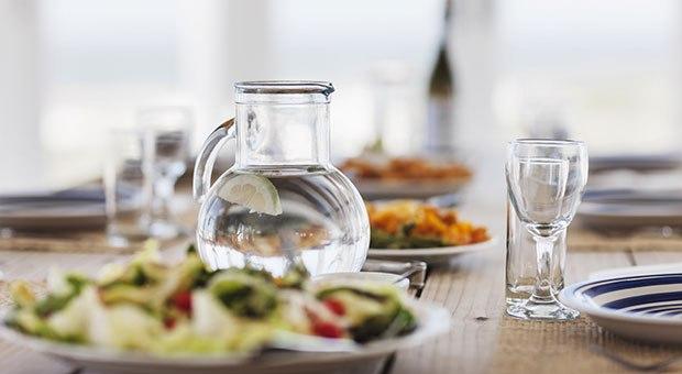 Đối với hầu hết mọi người, nước là một người bạn trong bữa ăn