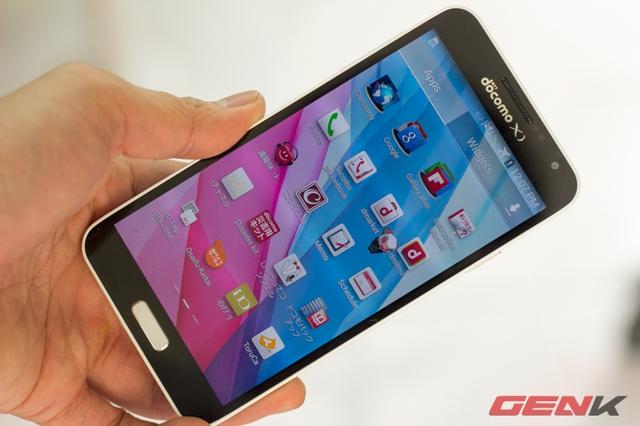 Galaxy J sử dụng màn hình 5 inch Full HD công nghệ Super AMOLED cho màu khác khá tốt như Note 3.