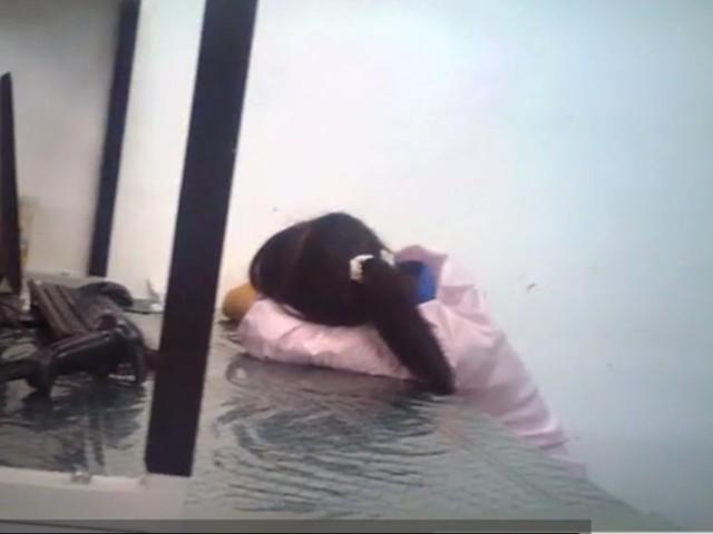 Một công nhân ngủ gật trên bàn làm việc tại nhà máy sản xuất iPhone của Apple.