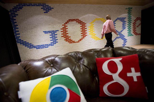 </p></div><div></div></div><p></p><p>Một người đàn ông đi qua một dấu hiệu Google sơn trong khu vực tiếp tân của văn phòng của Google ở Washington, DC, ngày 15 tháng bảy năm 2014. </ P>