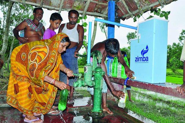 1. Hệ thống khử trùng tự động của Zimba có thể lắp đặt ở những vòi nước và máy bơm công cộng, với khả năng làm sạch không dưới 8.000 lít nước. Điều tuyệt vời nhất, hệ thống này không cần chạy điện, cực kỳ bền vững và dễ lắp đặt. Hiện tại thiết bị này đang được thử nghiệm tại Ấn Độ, Bangladesh và Nepal.
