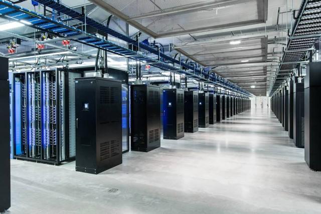 Hệ thống nguồn và UPS đảm bảo cho máy chủ luôn hoạt động 100%, kể cả khi mất điện