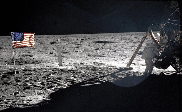 Là cờ Mỹ cắm trên bề mặt Mặt Trăng đánh dấu một cột mốc vô cùng quan trọng trong lịch sử nhân loại.