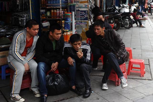 Phần lớn người Việt Nam truy cập Internet qua các thiết bị di động. Ảnh: AGENCE FRANCE-PRESSE
