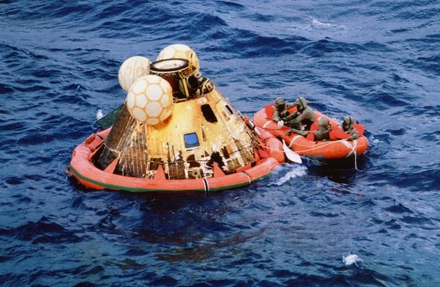 Mô-đun của tàu Apollo 11 trở về Trái đất an toàn sau khi rơi trên biển Thái Bình Dương.