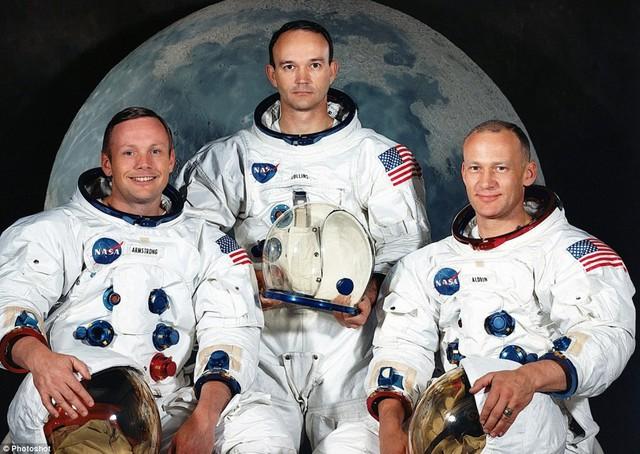 3 phi hành gia từ trái qua phải là Armstrong, Collins, Aldrin.