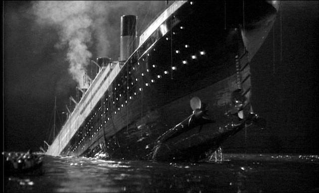 Tàu Titanic đã phát đi tín hiệu SOS sau khi đâm phải tảng băng trôi, nhờ đó mà nhiều người được cứu sống khi một con tàu khác nhận được tín hiệu này.