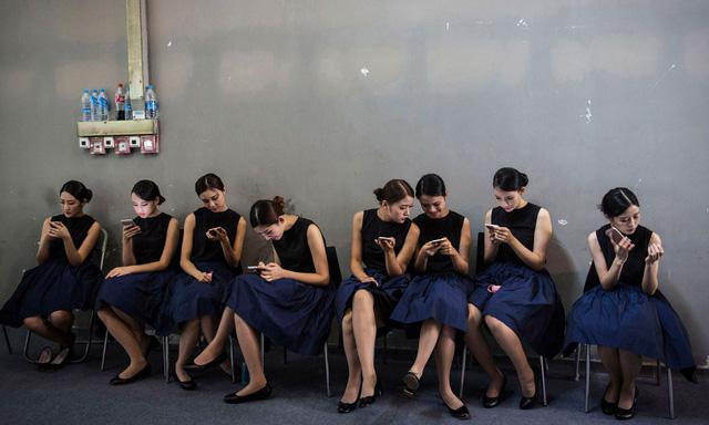 Hàng loạt nữ tiếp viên tại Trung Quốc chỉ chăm chăm vào màn hình smartphone, khi chờ tham dự sự kiện diễn ra tại thành phố Quảng Châu, vào ngày 20/11 năm nay. Thực trạng nghiện smartphone đang là dấu hiệu đáng báo động với người dùng trẻ.