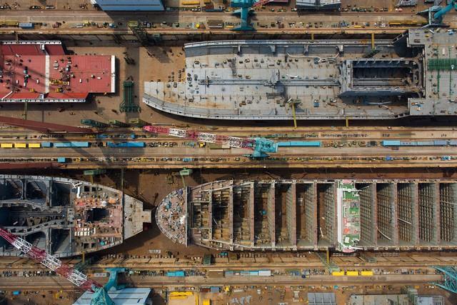 Hình ảnh những chiếc thuyền trọng tải lớn được lắp ráp tại xưởng sản xuất của công ty Huyndai, ghi lại vào ngày 29/7 năm 2015. Nhiều chuyên gia hy vọng, công nghệ đóng tàu sẽ sớm được cải tiến bằng máy móc, thay vì sử dụng sức người.