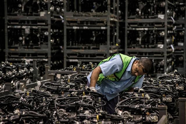 Một nhân viên đang kiểm định chất lượng các dây chuyền lắp ráp của Ford Motor tại Camacari, Brazil, vào ngày 27/7 năm nay. Năm 2015 cũng được xem là một năm thăng trầm với làng công nghiệp xe hơi thế giới.