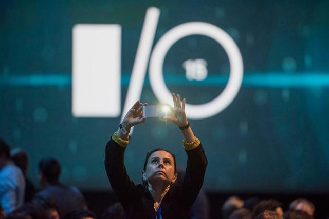 Người dùng tranh thủ chụp ảnh trước thềm sự kiện Google I/O thường niên dành cho các lập trình viên Android, diễn ra tại San Francisco vào ngày 28/5/2015. Google I/O năm nay mang tới hệ điều hành Android 6.0, với nhiều trải nghiệm di động hữu ích hơn.