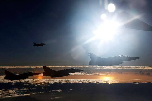Lực lượng không quân Trung Quốc đang hộ tống máy bay chuyên chở Chủ tịch Đài Loan vào ngày 7/11/2015. Trong năm qua, Trung Quốc đã đầu tư rất nhiều cho lĩnh vực quân sự, đặc biệt là các phi cơ cho lực lượng không quân nước này.