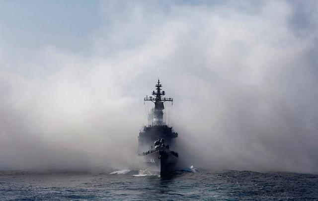 Lực lượng Phòng vệ Biển Nhật Bản đang diễn tập cùng tàu khu trục Kurama tại Vịnh Sagami, Yokosuka, tỉnh Kanagawa, Nhật Bản vào ngày 18/10 năm nay. Không thể phủ nhận, Nhật Bản cũng là một trong những quốc gia đang sở hữu lực lượng phòng vệ trên biển tốt nhất hiện nay.