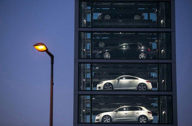 Hoàng loạt chiếc xe ô tô mang nhãn hiệu Audi thế hệ mới, được sản xuất bởi Volkswagen được trình chiếu tại một showroom Audi, tại Berlin, Đức vào ngày 11/10 năm nay. Năm 2015 cũng là một năm bê bối với thương hiệu Volkswagen, khi công ty này đã liên tục vướng phải những gian lận khí thải.