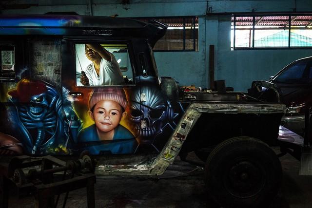 Một thợ cơ khí đang làm việc miệt mài bên chiếc xe độ, tại xưởng Morales Motors ở San Mateo, tỉnh Rizal, Philippines, vào ngày 27/7 năm 2015. Khi đam mê vượt qua không gian và thời gian.