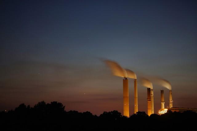 Một lượng lớn khí thải công nghiệp đang ngùn ngùn bốc lên từ nhà máy điện Gibson, Trạm Duke Energy, Mỹ vào lúc hoàng hôn ngày 23/7 năm nay. Ô nhiễm môi trường cũng đang là chủ đề nóng được quan tâm rất nhiều trong năm nay.