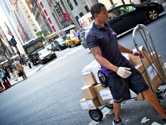 FedEx từng thua một vụ kiện giống Uber hiện nay, công ty này phải bồi thường 228 triệu USD và cam kết một số quyền lợi cho nhân viên.