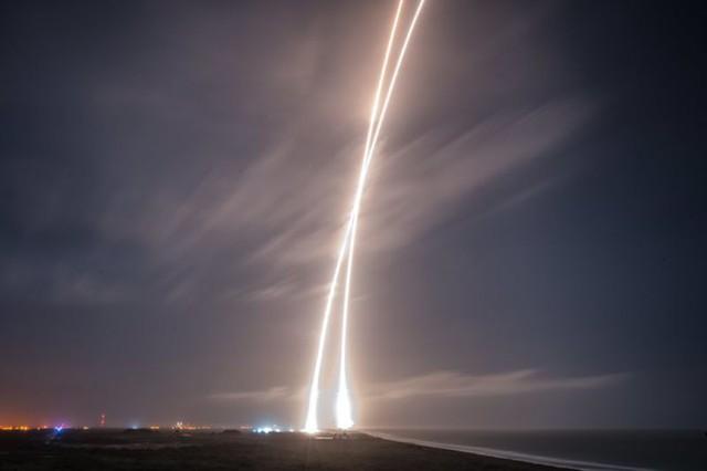 Những bức ảnh chụp phơi sáng quá trình phóng tên lửa lên và hạ cánh của tên lửa Falcon 9, được công bố bởi SpaceX.