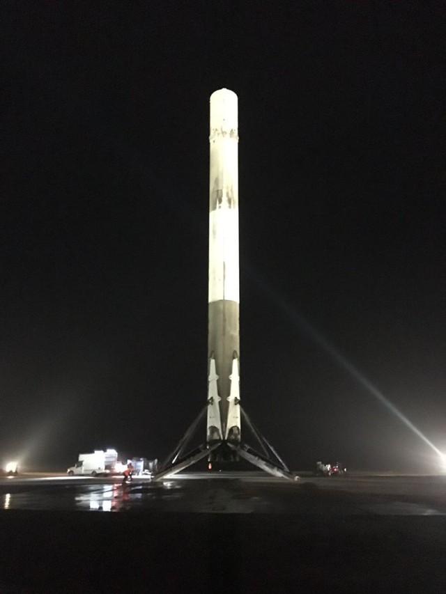 Và sau khi hạ cánh, tên lửa Falcon 9 vẫn hoàn toàn nguyên vẹn.