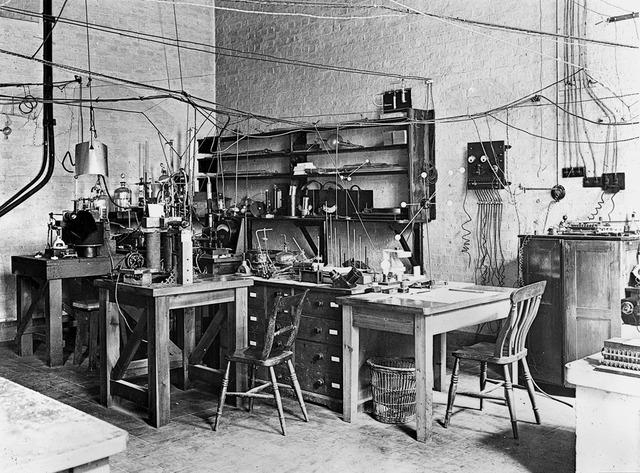 Phóng thí nghiệm của James Chadwick, nơi ông tìm ra hạt neutron bên trong hạt nhân nguyên tử.