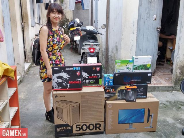 Nữ game thủ xinh đẹp bên cạnh bộ máy tính hàng khủng.
