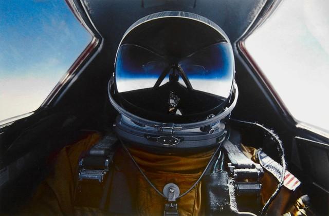Phi công với mũ bay trong buồng lái của Blackbird