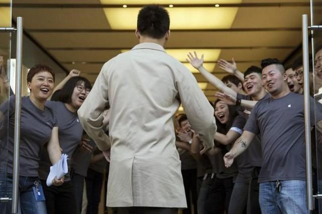 Khách hàng đầu tiên bước vào Apple Store tại Bắc Kinh, Trung Quốc.