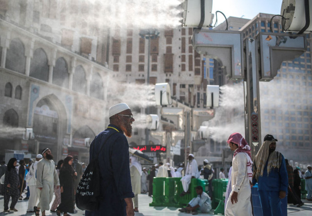 Các vòi phun nước được sử dụng để hạ nhiệt trên đường phố