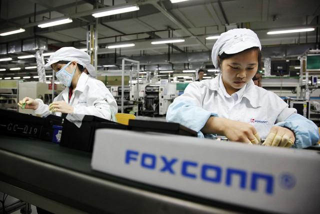 Các công nhân đang làm việc trong nhà máy Foxconn