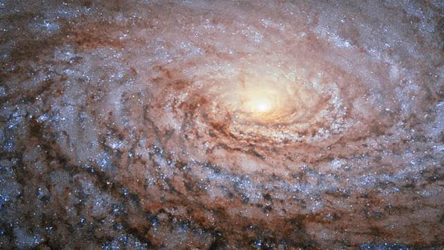Hình ảnh lấp lánh này thuộc về thiên hà Sunflower (Hoa Hướng Dương) cách Trái Đất 27 triệu năm ánh sáng.