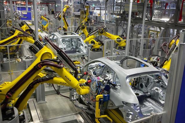 Những cánh tay robot này rất khỏe và chính xác nhưng chúng cần được tách biệt hoàn toàn với con người.