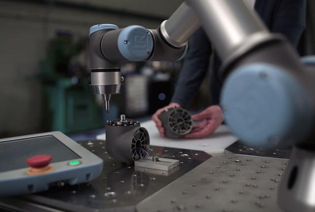 BMW sử dụng những cánh tay robot này trong nhà máy lắp ráp ô tô. Chúng được sản xuất bởi công ty Đan Mạch, Universal Robots.