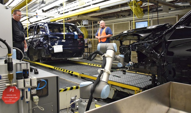 Những cánh tay robot của Universal Robotics được trang bị trong nhà máy của BMW tại Nam California sẽ đảm nhiệm những công việc thường xuyên khiến công nhân trong dây chuyền lắp ráp bị chấn thương.